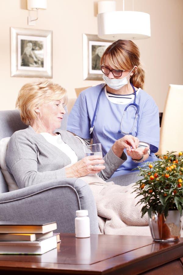 Starszy pacjent i opiekun zdjęcie royalty free
