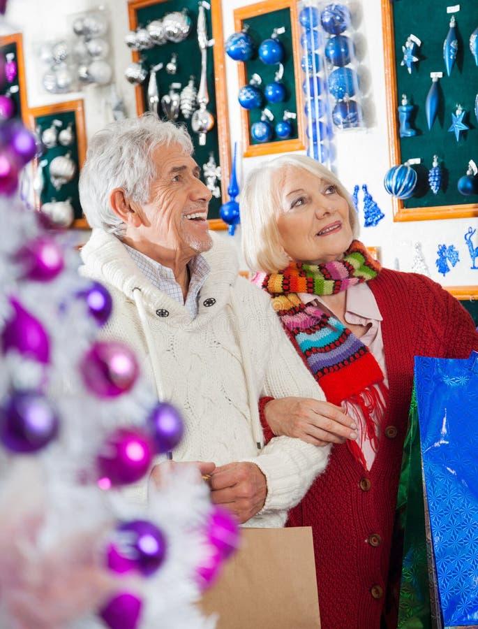Starszy para zakupy Przy boże narodzenie sklepem fotografia stock