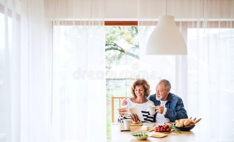 Starszy pary łasowania śniadanie w domu fotografia stock