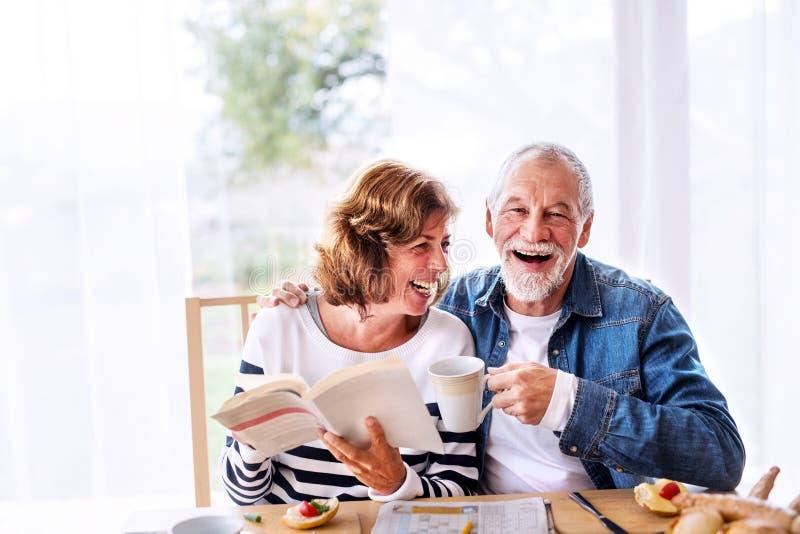 Starszy pary łasowania śniadanie w domu zdjęcia stock