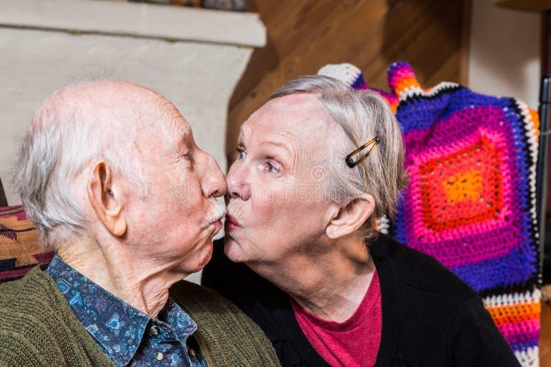 starszy pary całowanie obrazy stock