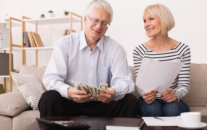Starszy pary cyrklowania budżet z papierami i kalkulatorem obraz stock