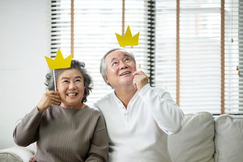 Starszy pary mienia koloru żółtego papier koronuje na kiju zdjęcie stock