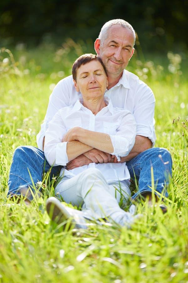 Starszy pary obsiadanie relaksował w naturze w lecie fotografia royalty free