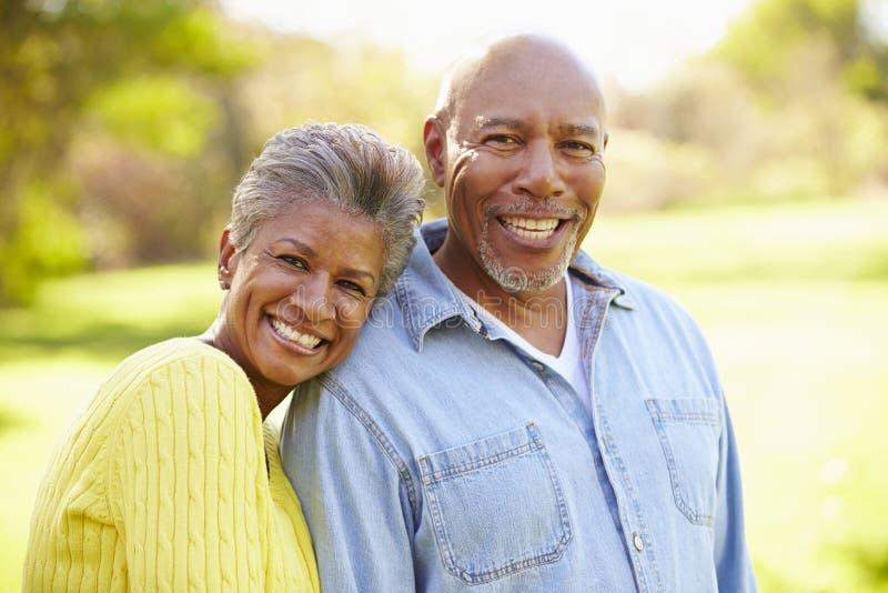 Starszy pary odprowadzenie Przez jesień lasu fotografia royalty free