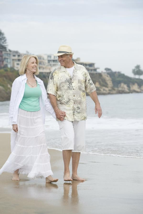 Starszy pary odprowadzenie Przy plażą zdjęcia stock