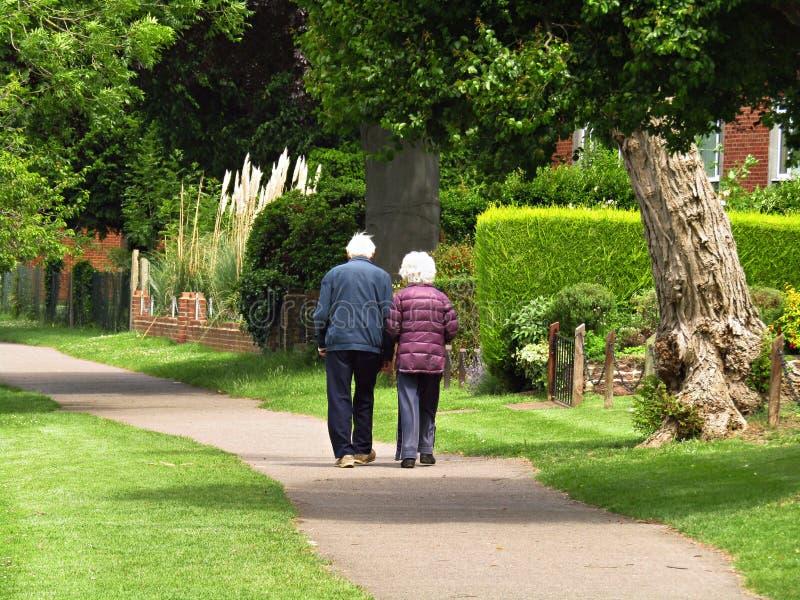 Starszy pary odprowadzenie wzdłuż ścieżki mienia ręk zdjęcie stock