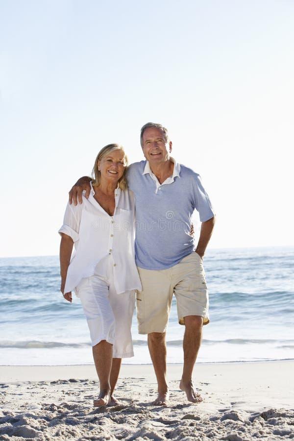 Starszy pary odprowadzenie Wzdłuż plaży obrazy stock