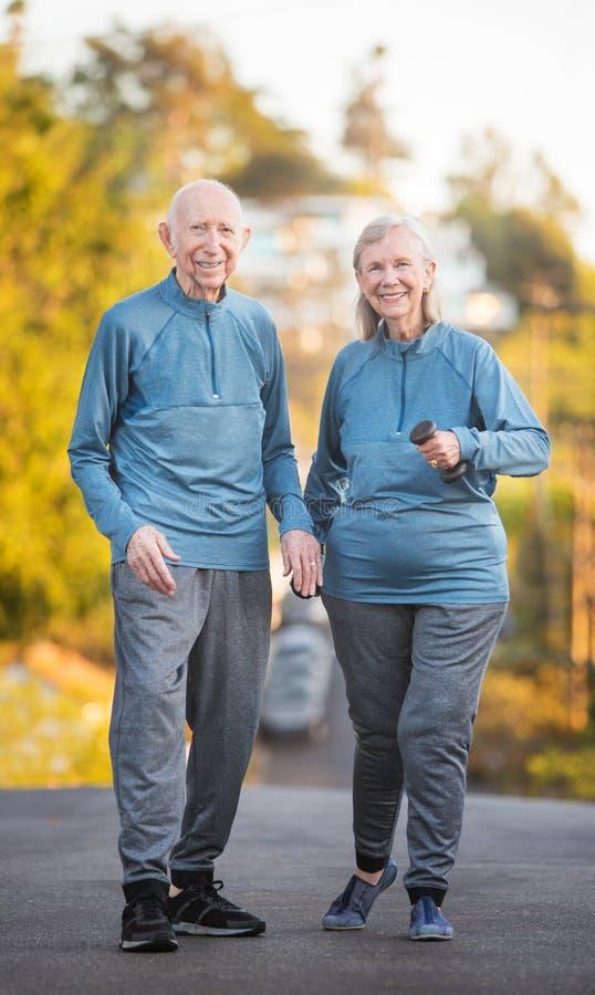 Starszy pary odprowadzenie wzdłuż ulicy na wzgórzu zdjęcia royalty free