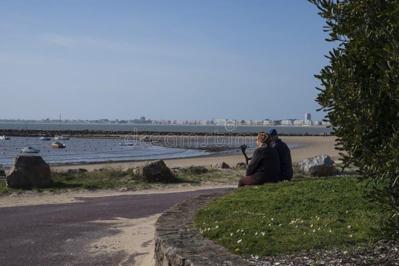 Starszy pary spojrzenie przy morzem obraz stock