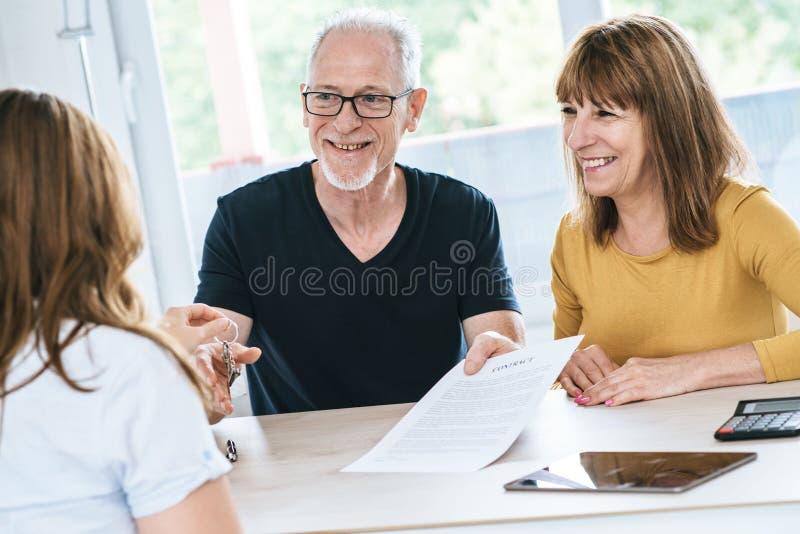 Starszy pary spotkania agent nieruchomości zdjęcia royalty free