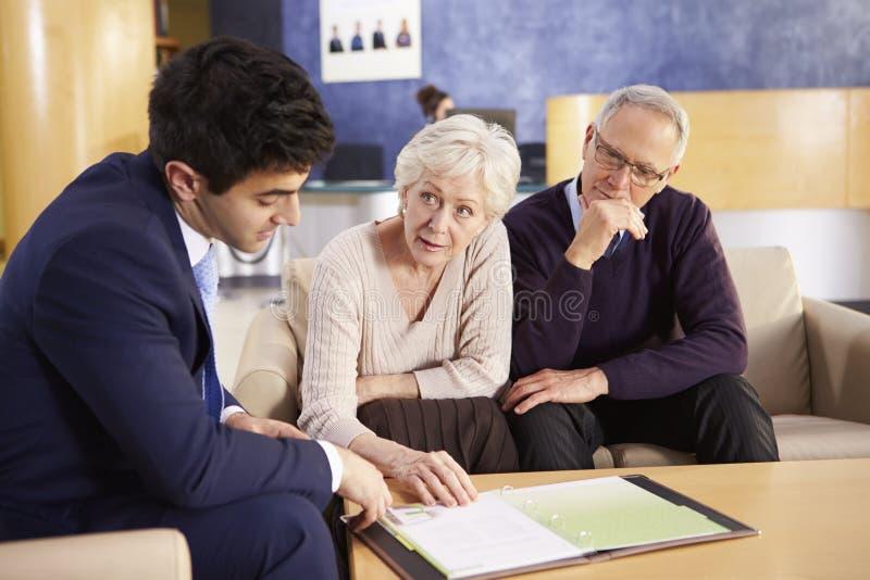 Starszy pary spotkanie Z konsultantem W szpitalu zdjęcia stock