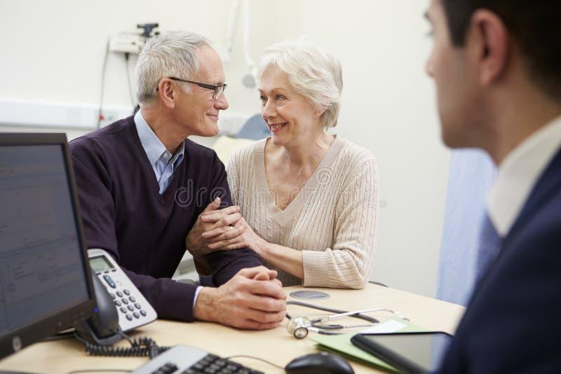Starszy pary spotkanie Z konsultantem W szpitalu fotografia stock