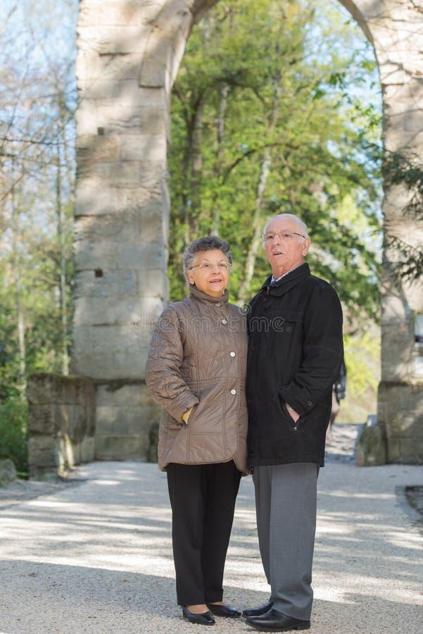 Starszy pary wędrować plenerowy obrazy stock