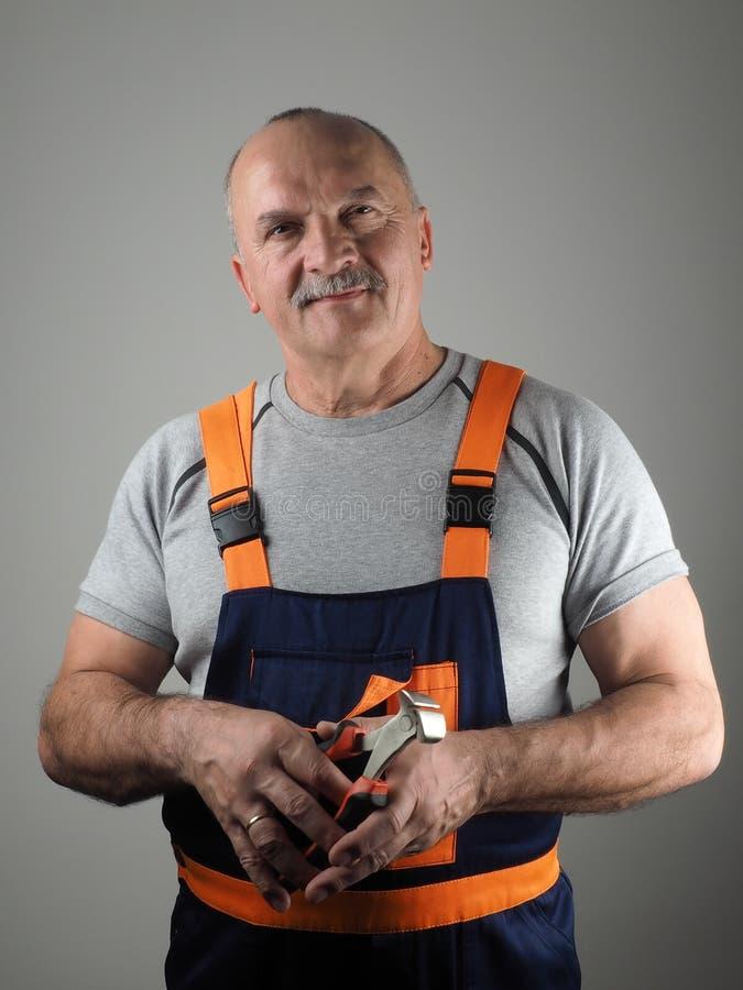 Starszy pracownik z narzędziem zdjęcie royalty free