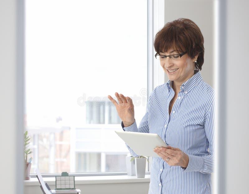 Starszy przypadkowy bizneswoman z pastylka komputerem fotografia royalty free