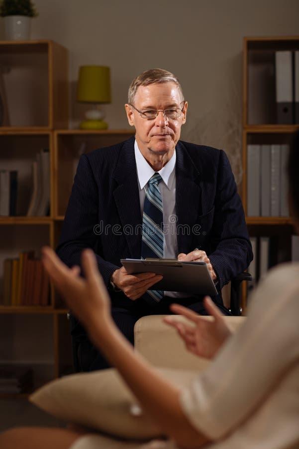 Download Starszy psychiatra zdjęcie stock. Obraz złożonej z lekarka - 53779804