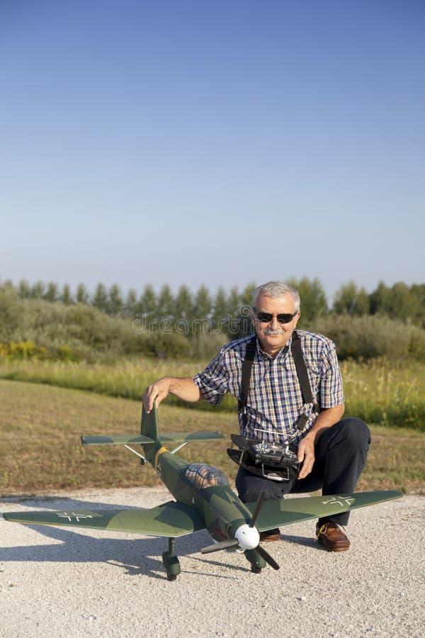 Starszy RC modeller i jego nowy samolot modelujemy obrazy stock