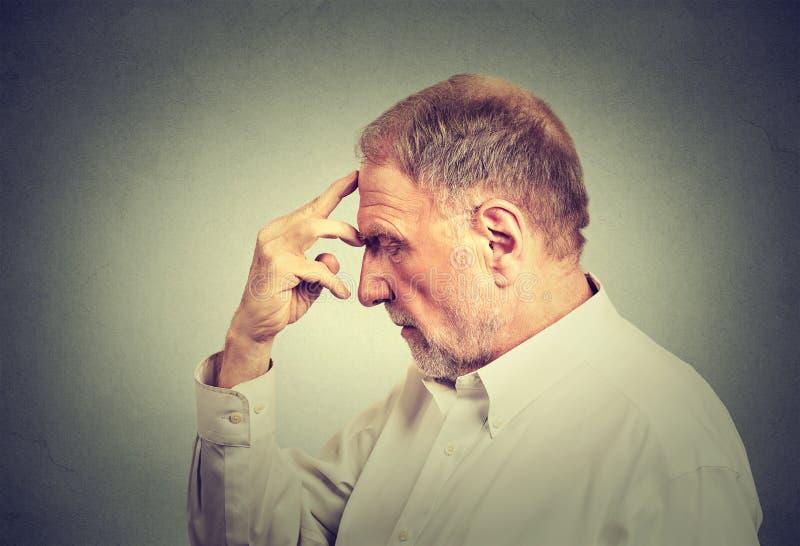 Starszy rozważny mężczyzna odizolowywający na szarość izoluje tło obraz stock