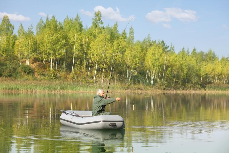 Starszy rybaka połów od jego dryftowej łodzi obraz royalty free