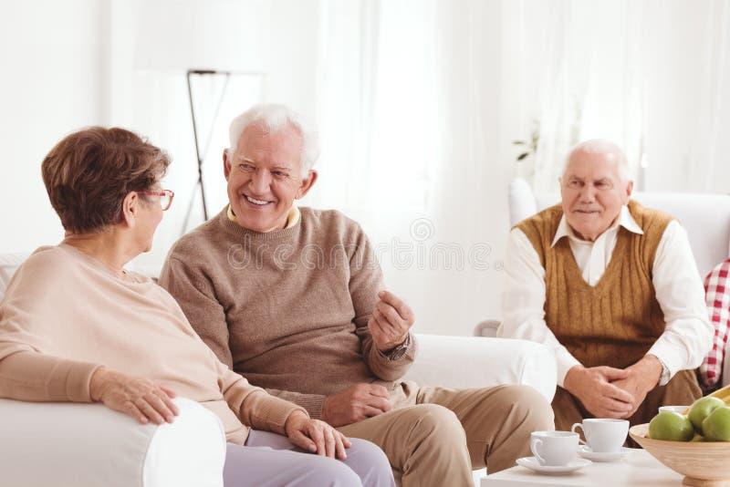 Starszy sąsiad opowiadać obrazy stock