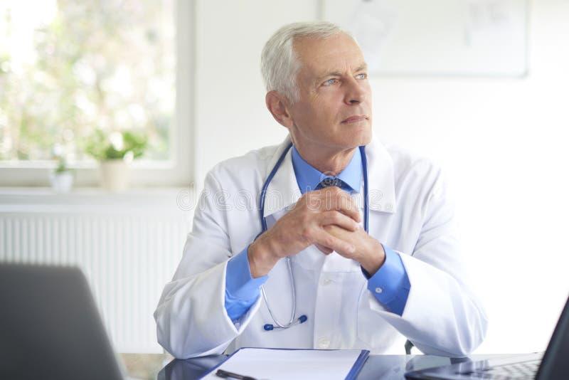 Starszy samiec lekarki portret zdjęcia royalty free