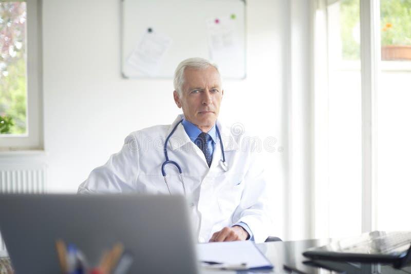 Starszy samiec lekarki portret fotografia royalty free