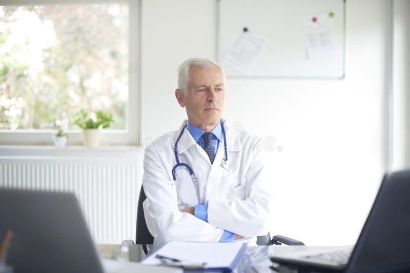 Starszy samiec lekarki portret obrazy stock