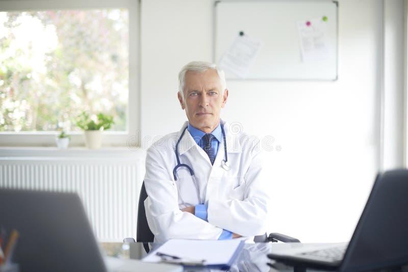 Starszy samiec lekarki portret zdjęcie royalty free