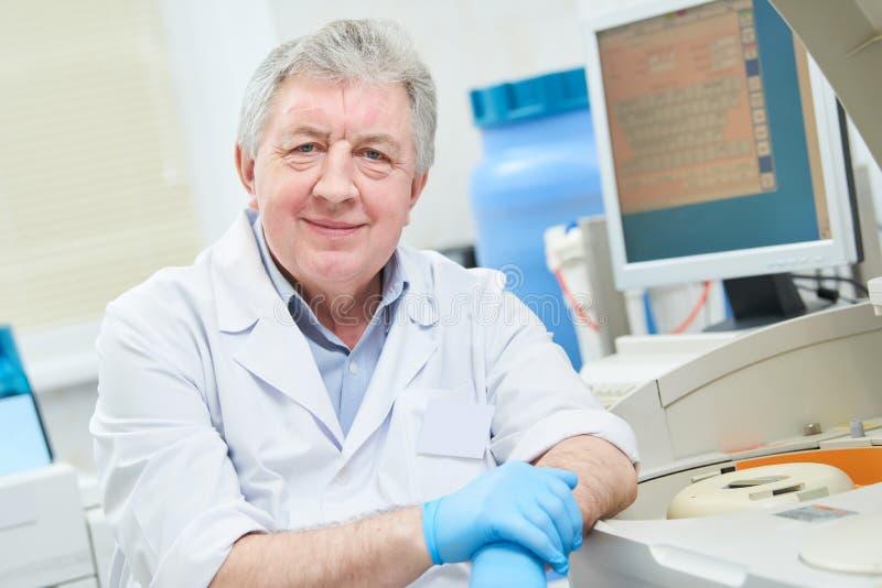 Starszy samiec lekarki portret przy kliniki laboratorium obraz stock