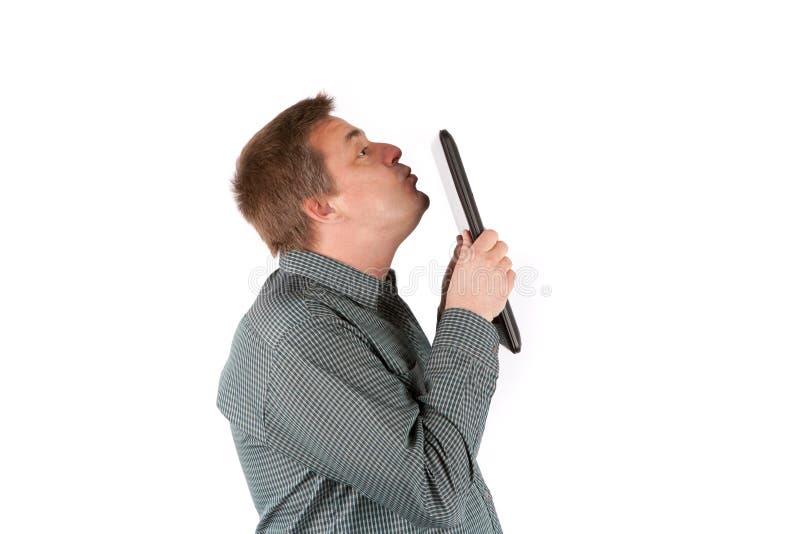 Starszy IT specjalista całuje jego laptop Odizolowywający na bielu fotografia stock