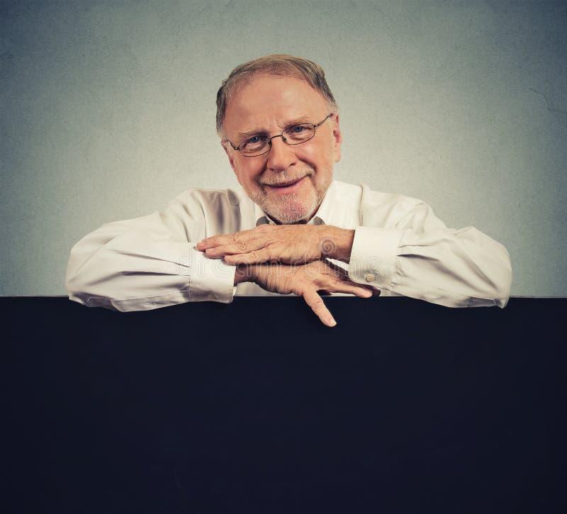 Starszy szczęśliwy mężczyzna z pustej przestrzeni bielu sztandarem zdjęcia stock