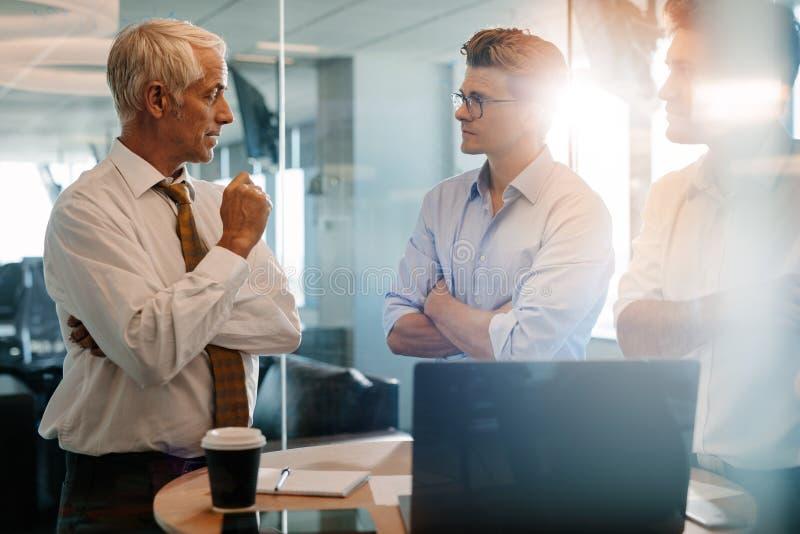 Starszy szef daje biznesowym instrukcjom coworkers fotografia royalty free