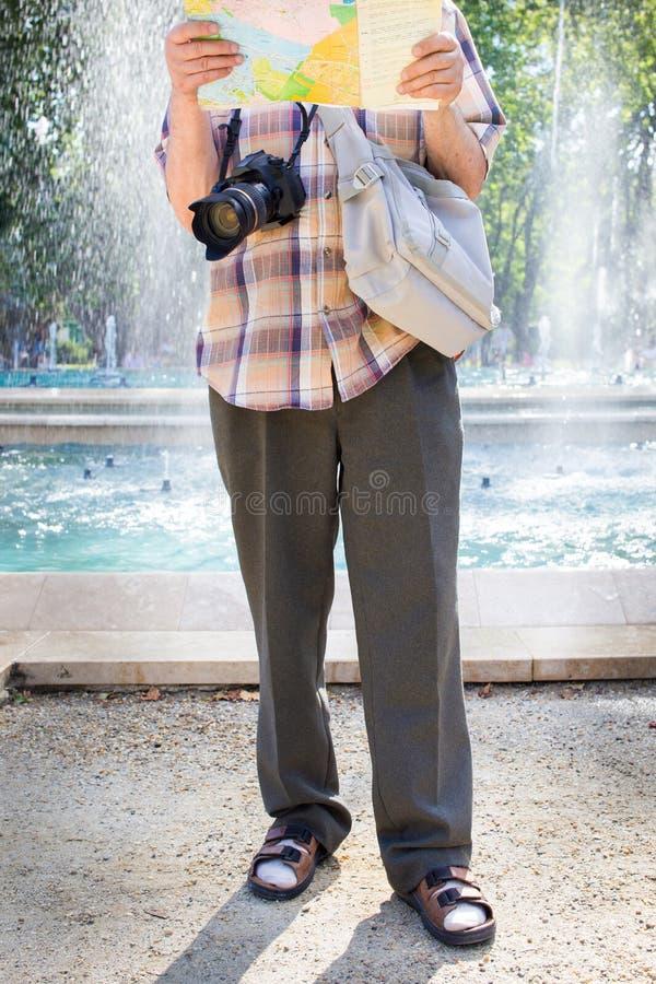 Starszy turystyczny mężczyzna w skarpetach i sandałach zdjęcie royalty free