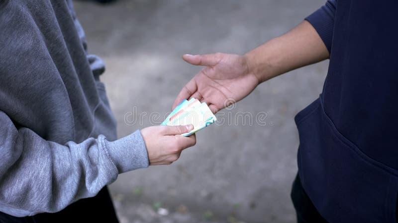Starszy uczeń wymusza pieniądze od młodej chłopiec znęcać się, szkoła, rabunku przestępstwo obrazy royalty free