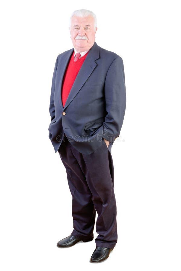 Starszy ufny zrelaksowany elegancki mężczyzna w kostiumu obrazy stock