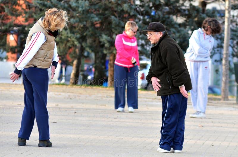Starszych dorosłych Hiszpańscy ludzie ćwiczą w parku w Madryt Hiszpania obraz stock