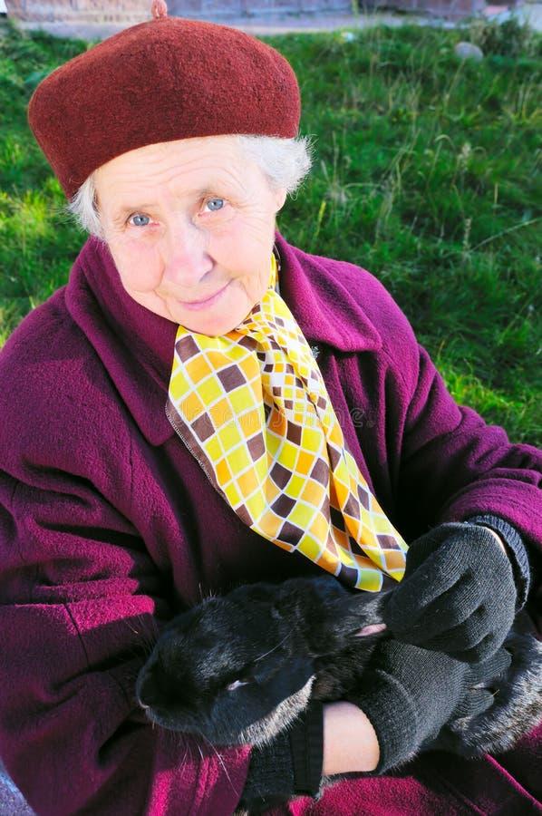 starszych osob chwyta królika kobieta zdjęcia royalty free
