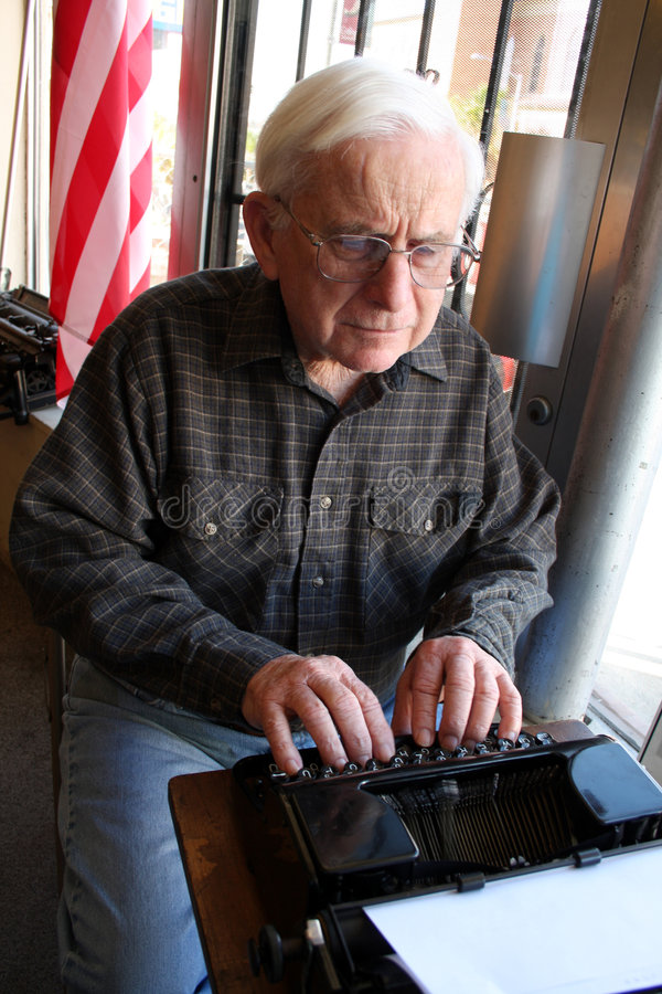 starszych osob mężczyzna maszyna do pisania uses obrazy royalty free