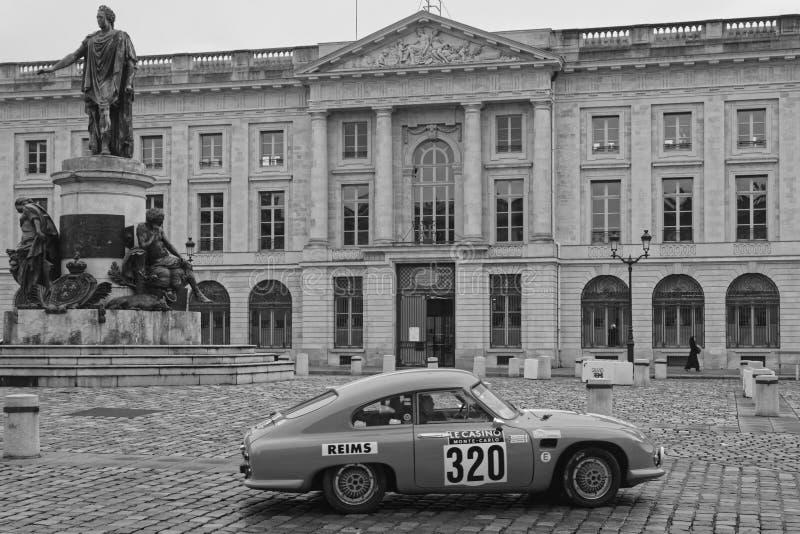 Start av Rallye i gatorna av Reims svart & vitt royaltyfri foto
