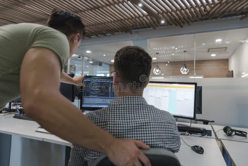 Start bedrijfsmensengroep die als team werken om oplossing te vinden stock foto's
