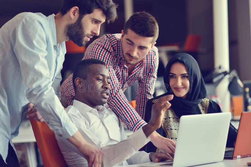 Start bedrijfsmensengroep die dagelijkse baan werken op modern kantoor stock afbeelding