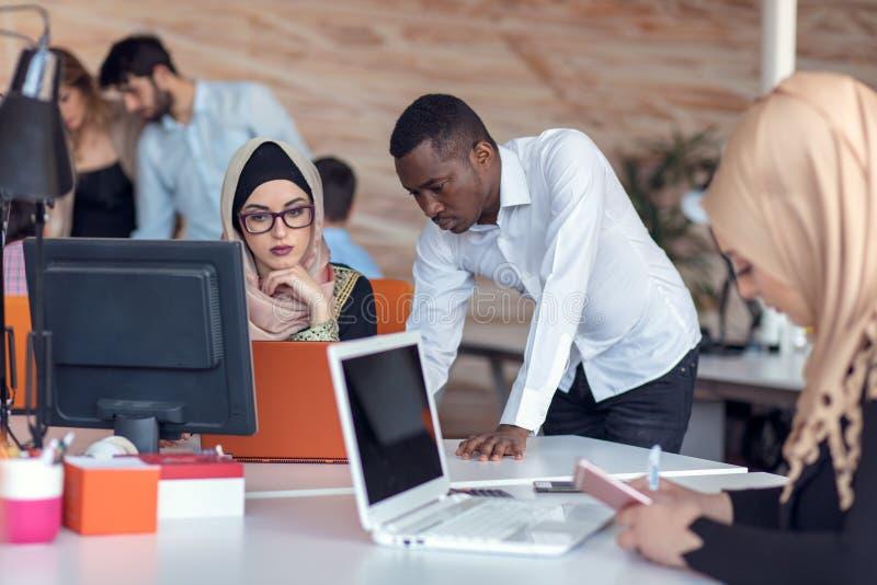 Start bedrijfsmensengroep die dagelijkse baan werken op modern kantoor Technologie-bureau, technologie-bedrijf, technologie-opsta stock afbeelding