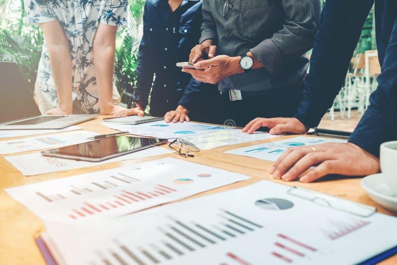 Start commerciële teamcollega's die Anale Planningsstrategie ontmoeten stock foto's