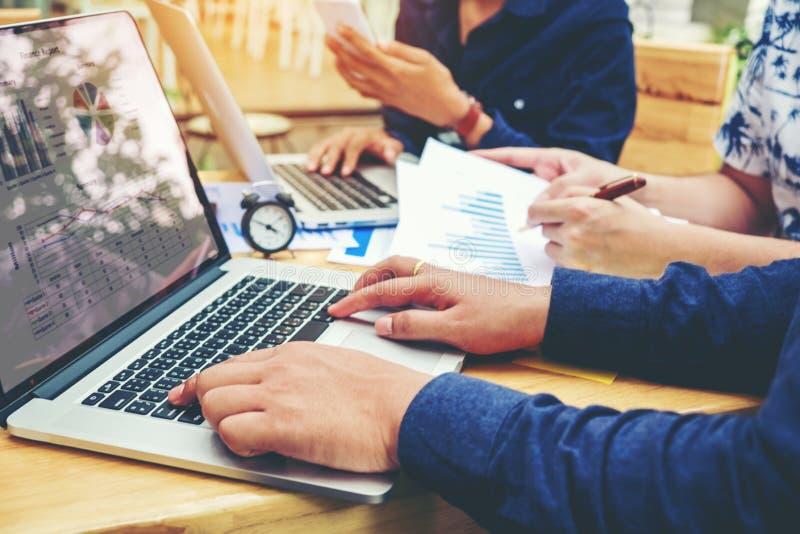 Start commerciële teamvergadering die aan Laptop nieuwe zaken werken pro stock afbeeldingen
