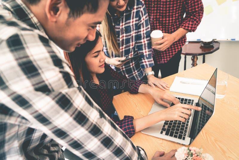 Start commercieel team die samen het bespreken werken aan laptop stock afbeelding