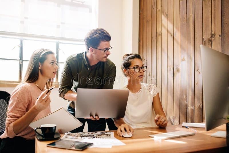Start commercieel team die samenwerken stock afbeeldingen