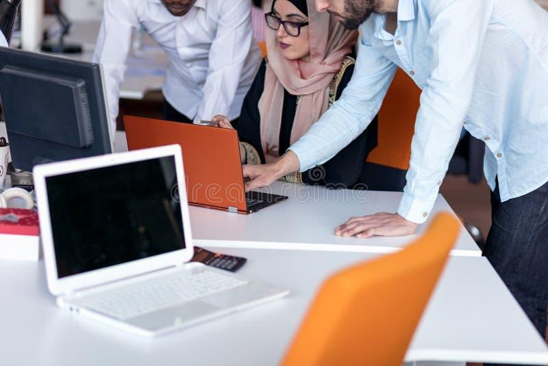 Start commercieel team op vergadering die in moderne heldere bureau binnenlandse brainstorming, aan laptop en tabletcomputer werk stock foto's