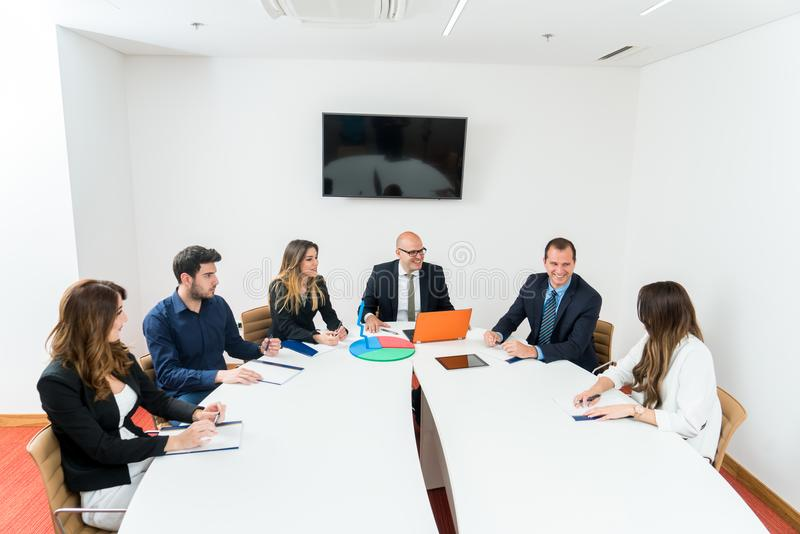 Start commercieel team op vergadering in modern helder bureau stock foto