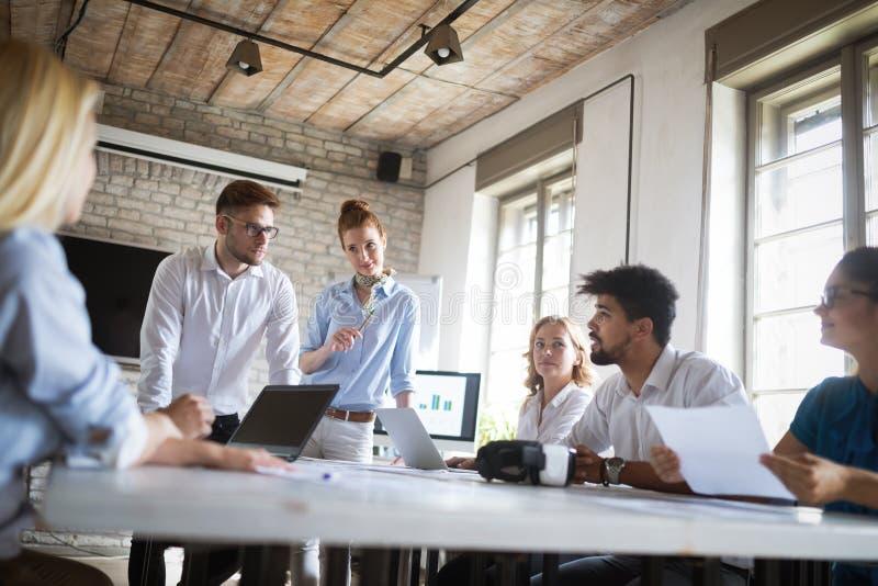Start commercieel team op vergadering in moderne heldere bureau binnenlandse brainstorming, die aan computer werken royalty-vrije stock foto's